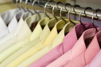 Bekleidung im Modegeschäft - Fashion Trends für Damen und Herren